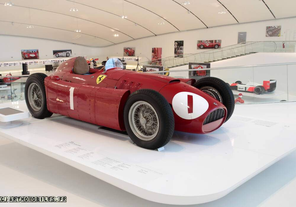 Fiche technique Ferrari D50 (1955-1956)