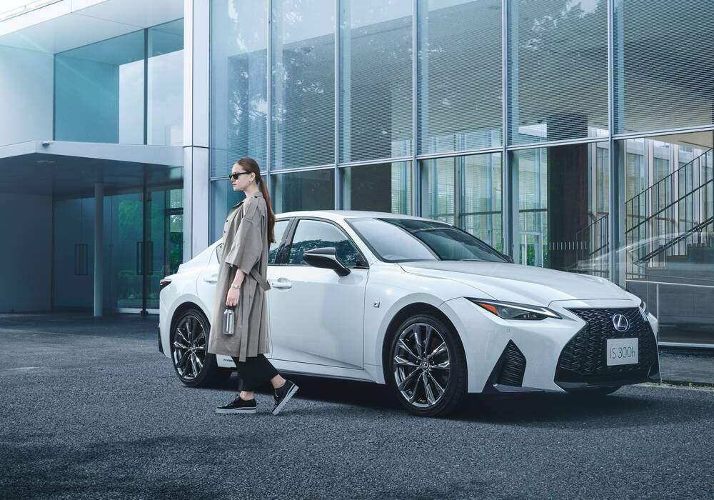 Fiche technique Lexus IS IV 300h (XE40) « Mode Glitter » (2021)
