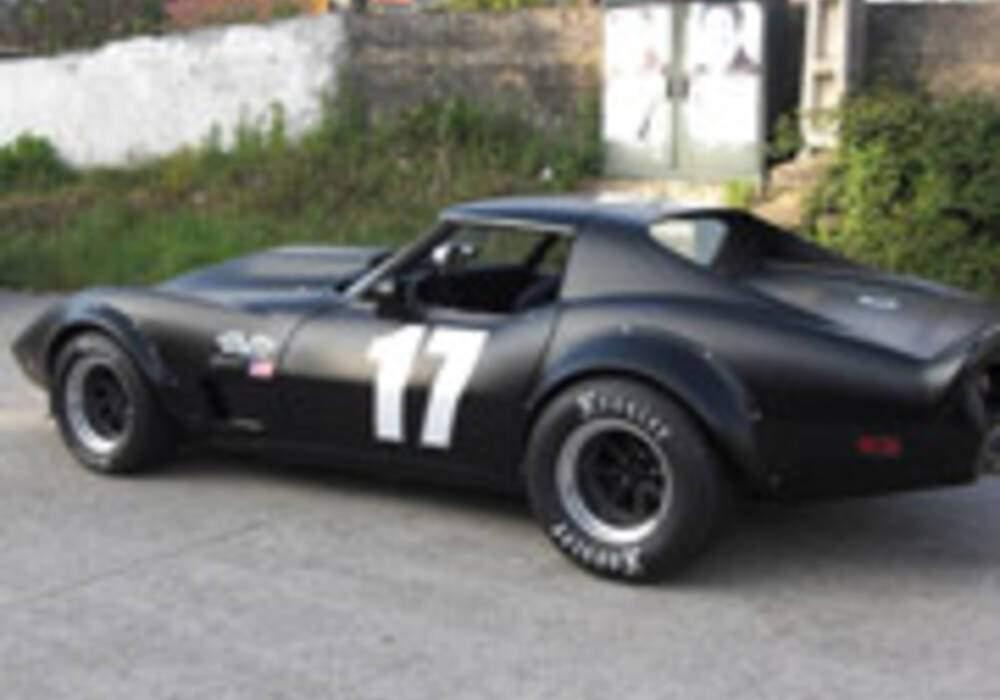 Une Corvette C3 noire matte
