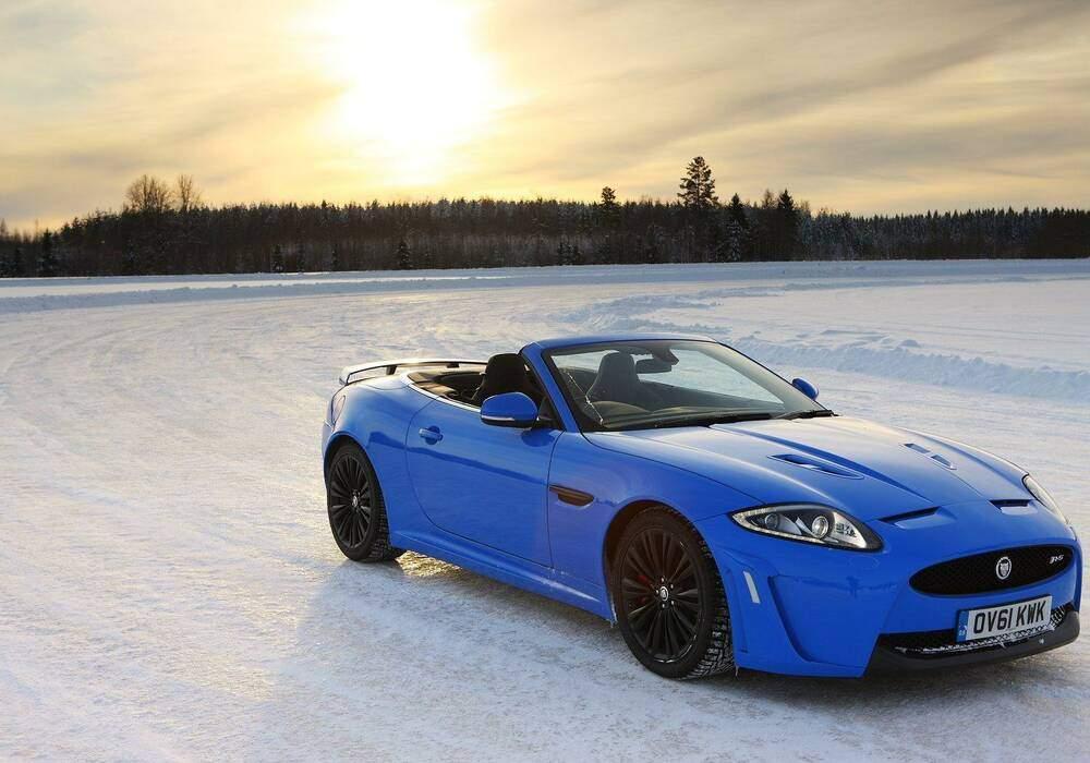 Jaguar XKR-S Cabriolet en vidéo sur un lac gelé