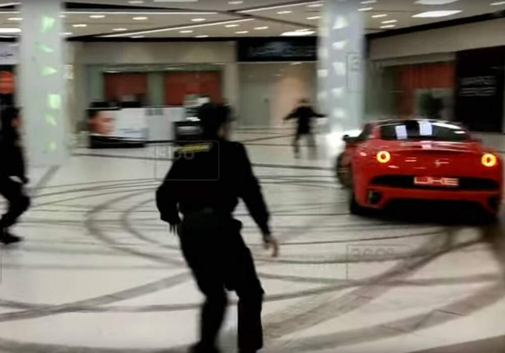 Une Ferrari California dans un centre commercial